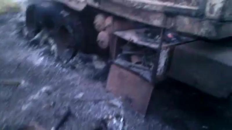Иловайск, Грабское. Казаки КСОВД осматривают сожженный укровский КАМАЗ