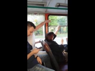 Вечная борьба битва за форточку в троллейбусе.