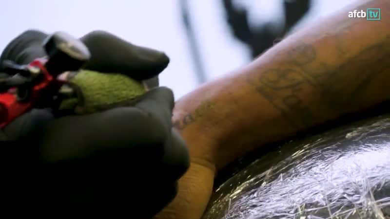 Джермейн Дефо сделал татуировку в память о шестилетнем болельщике