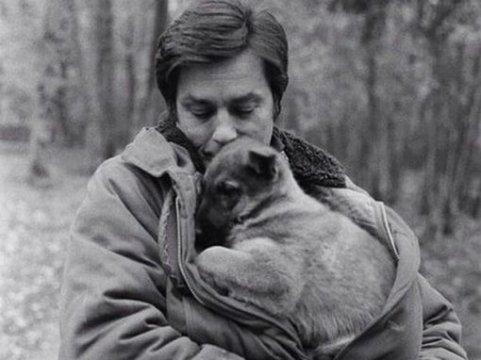 АЛЕН ДЕЛОН И ЕГО СОБАКИ В молодости актер любил носить военные куртки. Но не потому, что послушно следовал модеПросто в таких куртках были внутренние большие карманы, в которых Ален Делон часто