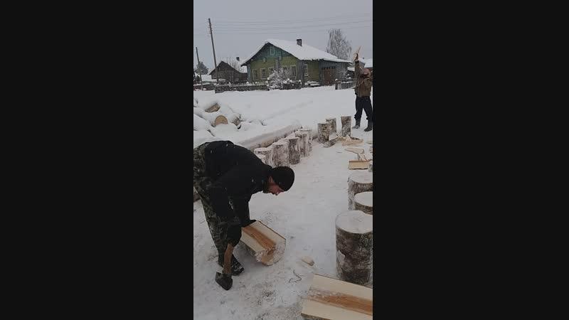 У родителей,колка дров. Полина,Саша,папа,мама .