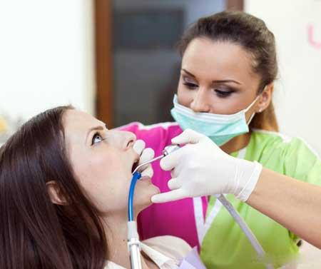 Практикующие стоматологические гигиенисты следуют той же структурированной процедуре для каждого пациента.