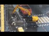 Экскаватор копает воздух