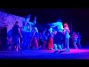 Парень жжот турок кайфует от национального танца