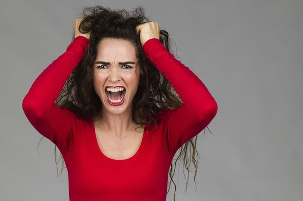 Страхи, жестокость и бесстрашие женщин! Когда женщина одна она боится всего! Группой эти самки, ничего не боятся, посмотрите, как они нападают в интернет дискуссиях или на демонстрациях на