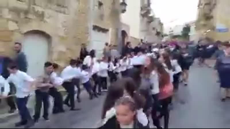 Священник прокатился на Porsche запряженном детьми
