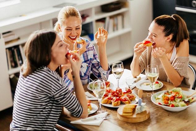 Выберите салат или суп для закуски, а затем простое основное блюдо, например, курицу-гриль с овощами.