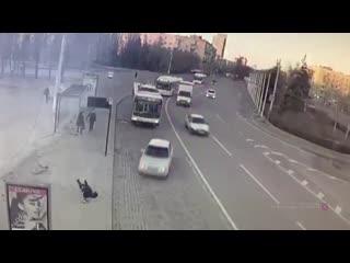 В волгограде уснувшая за рулем студентка снесла остановку с людьми