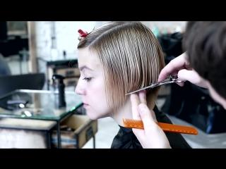Короткая градуированная женская стрижка с длинной челкой