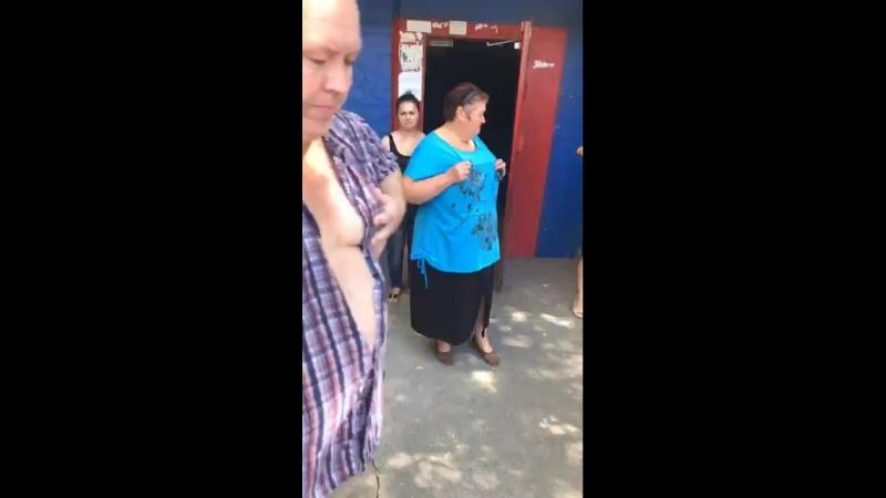Сегодня по бульвару Каштанова 12 в 1 подъезде застряли люди в лифте в 10-30(два взрослых человека и пожилая бабушка 70 лет). Пер