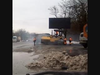 ростовская классика - укладка асфальта в снег - Это Ростов-на-Дону!