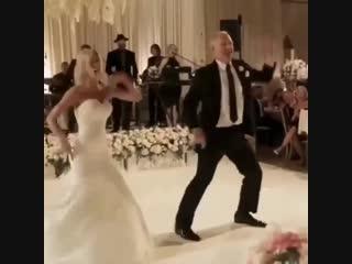 Заводной танец невесты и ее папы 😂