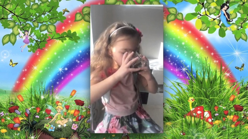 Девочка пьет Живую Хлореллу