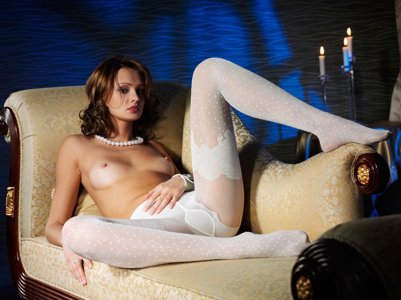 женщина в колготках на голое тело на рабочий стол