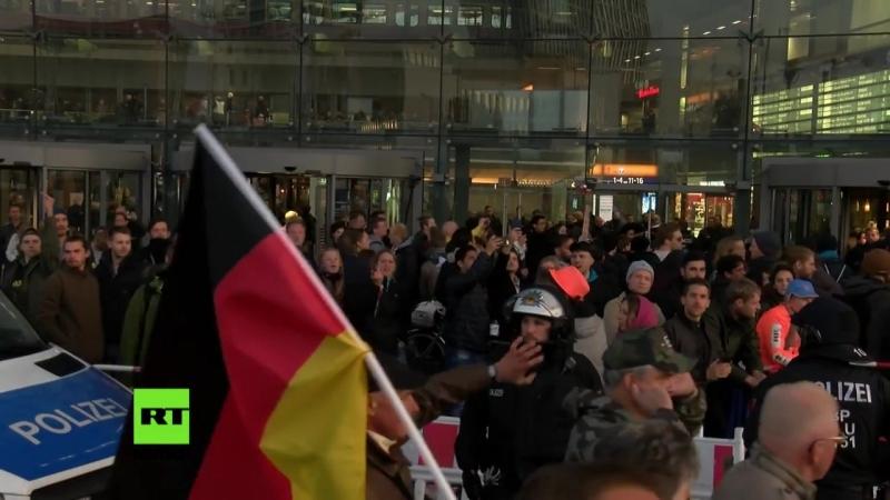 Kalte Dusche: Anwohner kippt Wasser auf Demonstranten in Berlin (Eliten amüsieren sich part1)