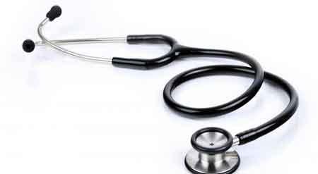 Врач может выслушать легкие пациента с помощью стетоскопа для диагностики проблем с дыханием.Хронические респираторные болезни ➤