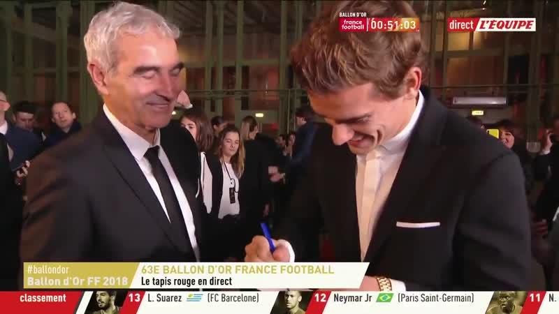 Lancien sélectionneur de léquipe de France Raymond Domenech demande un autographe à Antoin