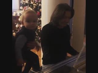 Дмитрий Маликов играет для сына В лесу родилась елочка
