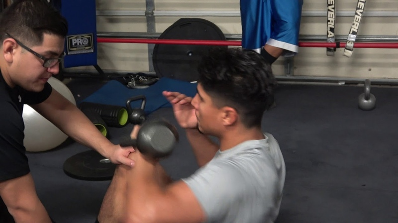Mikey garcia working on his abs with EsNews Boxing