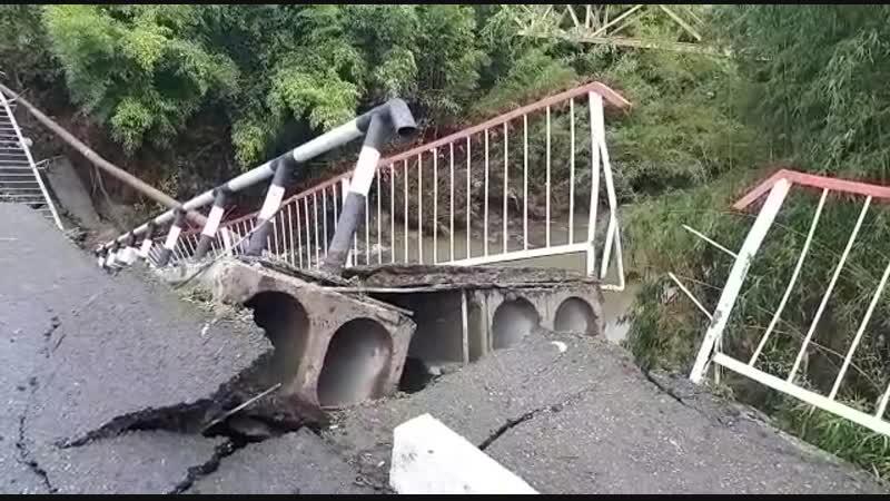 В сочинском селе из-за ливней частично обрушился мост