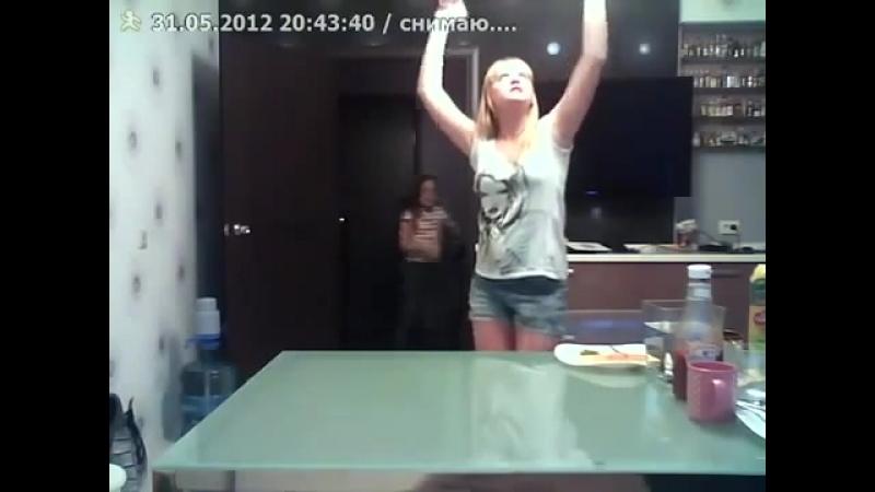 Девочка плохо танцует но ее сестра спасла ситуацию (хорошее настроение, юмор, семья, домашнее видео, дети, смешное, юмор, смех).