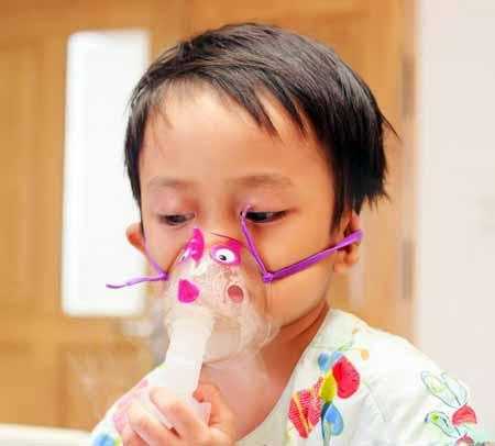 Ребенок, имеющий дело с респираторным вирусом, может нуждаться в использовании респиратора для облегчения дыхания.