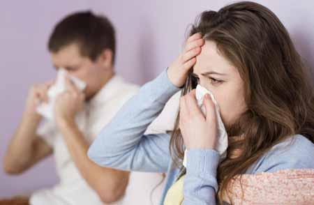 Взрослые, инфицированные респираторным вирусом, могут испытывать симптомы, сходные с симптомами простуды.