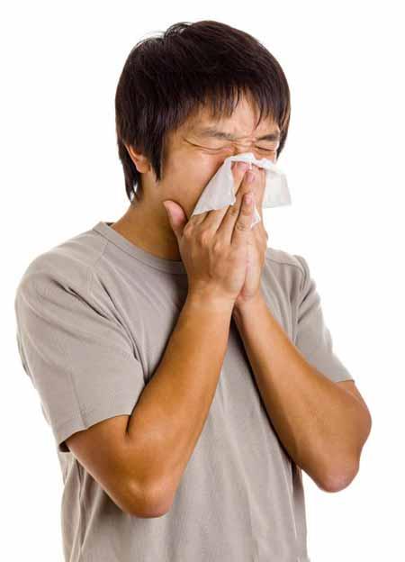Респираторный вирус может передаваться при кашле и чихании, поэтому важно прикрывать рот.