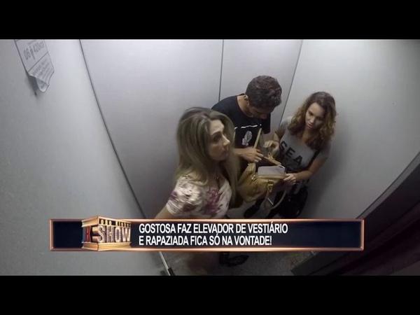 Gata resolve tirar a roupa no elevador e deixa a rapaziada babando