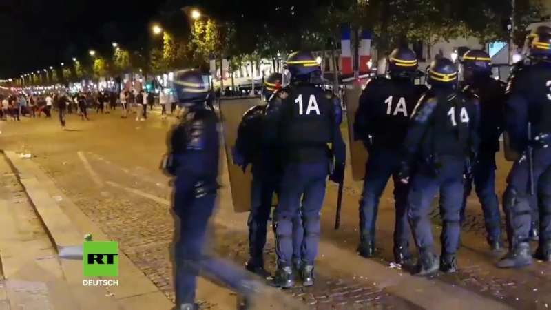 Tränengas und Verletzte - Ausnahmezustand in Paris nach Frankreichs Einzug