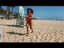 Анна Седокова в красном купальнике на пляже