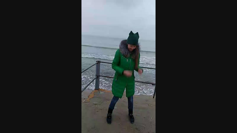 Кира танцует)