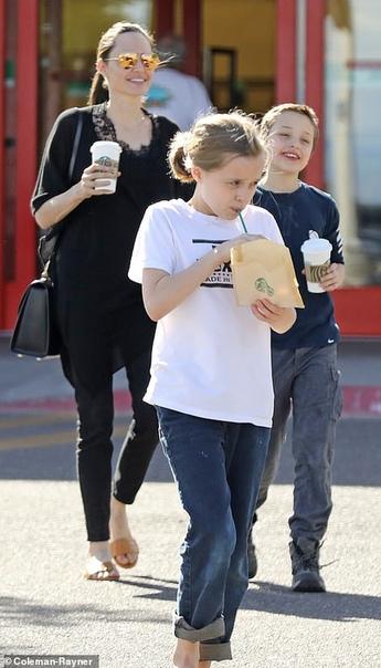 Анджелина Джоли с детьми Мэнди МурЛили Коллинз