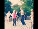 Мальчики девочки танцуют