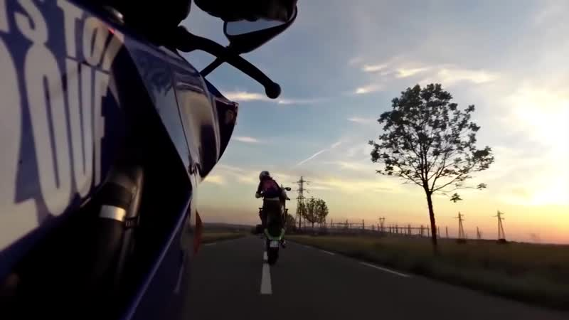 Devushka vypolnyaet tryuki na mototsikle. Girl stunts on motorbike. (MosCatalogue.net)