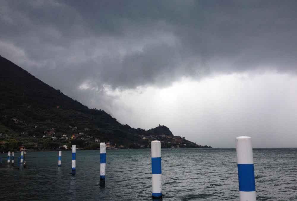 Капли воды в облаках и осадках отражают электромагнитные волны.