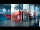 Беспилотный погрузчик едет через стеклянный лабиринт