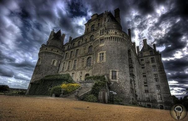 Загадки мистического замка Гоуска в Чехии. Врата в ад Самым таинственным и загадочным местом в Чехии является легендарный замок Гоуска. Его возвели еще в 13 веке примерно в 50 км от Праги. Когда