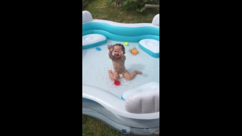 Алиса на даче купается