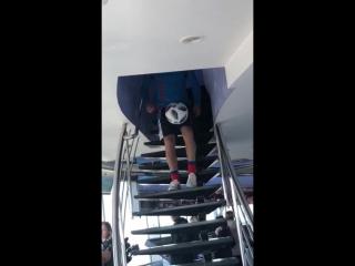 В день своего 50-ти летия жонглируя мячом ногами спиной вперёд поднялся по ступенькам на верхний этаж останкинской телебашни.