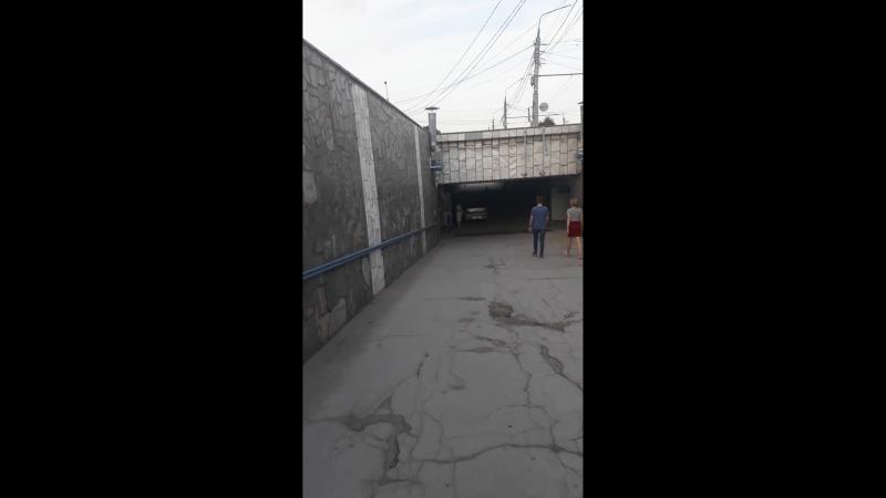 Припарковался в подземном пешеходном переходе