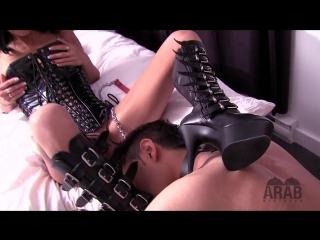 Карина заставляет раба лизать — 6