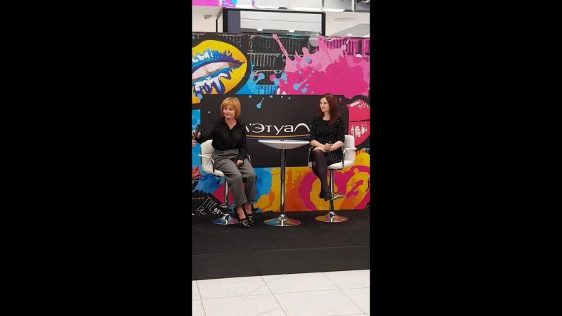 Meet Greet c Софи Эллис-Бекстор в ''Л'Этуаль'' (ТРЦ ''Галерея''), Санкт-Петербург, 11.10.2018 (Приветствие Софи)