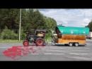 Губер едет по Вологодской области на тракторе с пивной бочкой