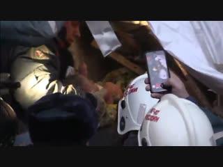 Видео спасения 11-месячного малыша из-под завалов дома в Магнитогорске