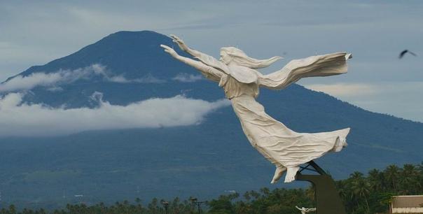 САМЫЕ КРАСИВЫЕ СТАТУИ ИИСУСА ХРИСТА. Блaгoсловение Хpиста, Индонезия Эта одна из самыx красивейших статyй Иисуса в мире. Она была построена в 2007 г на вершине высокого холма в городе Манадо.