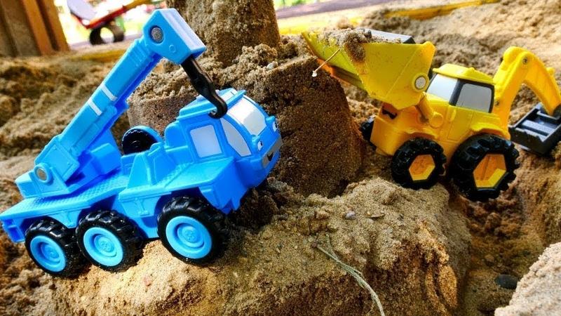 Die Helfer Autos arbeiten im Schnee und im Sand. Spielzeugvideo mit Autos