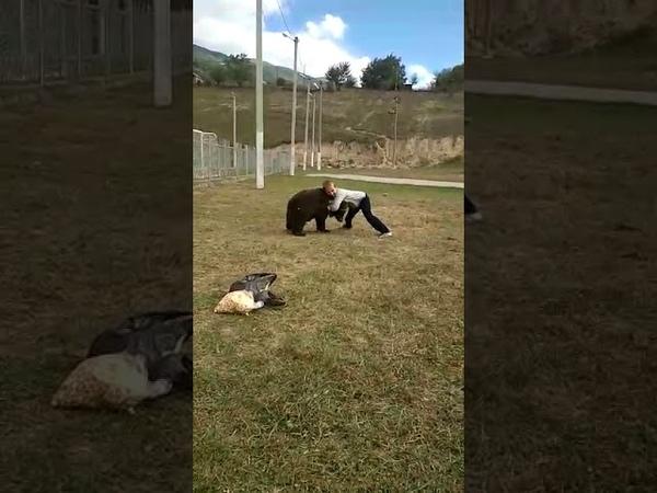 Чеченец дерется с медведем.