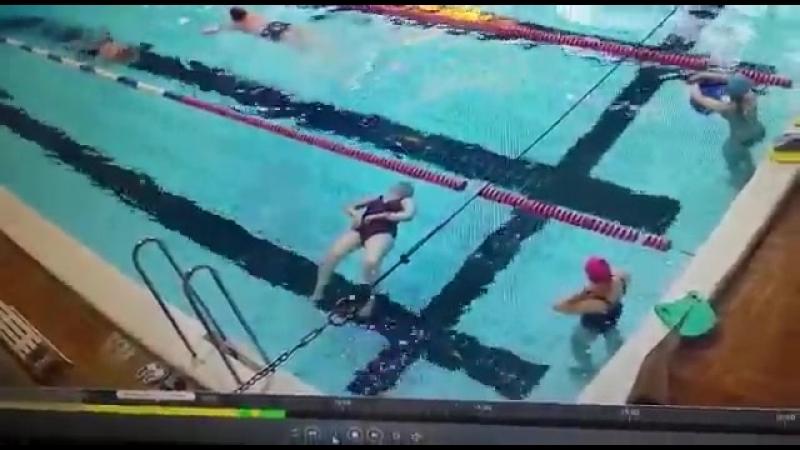 На западе Москвы в фитнес - центре женщина пошла купаться в бассейн и внезапно умерла