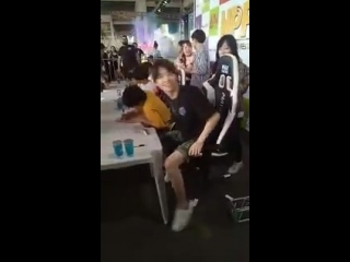 Ele dançando e aí as meninas começam a gritar e ele grita do nada mp4